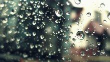 přístřešek zastávky mhd v dešti