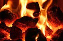 hořící uhlí v tepelné elektrárně